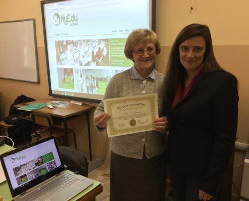 Benedetta Negri consegna alla vice preside il diploma di Scuola Innovativa