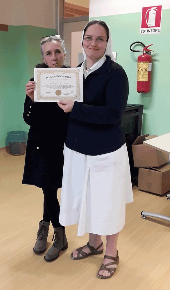Lorella Binda consegna a Suor Maria Bianchi il nostro attestato di Scuola Innovativa