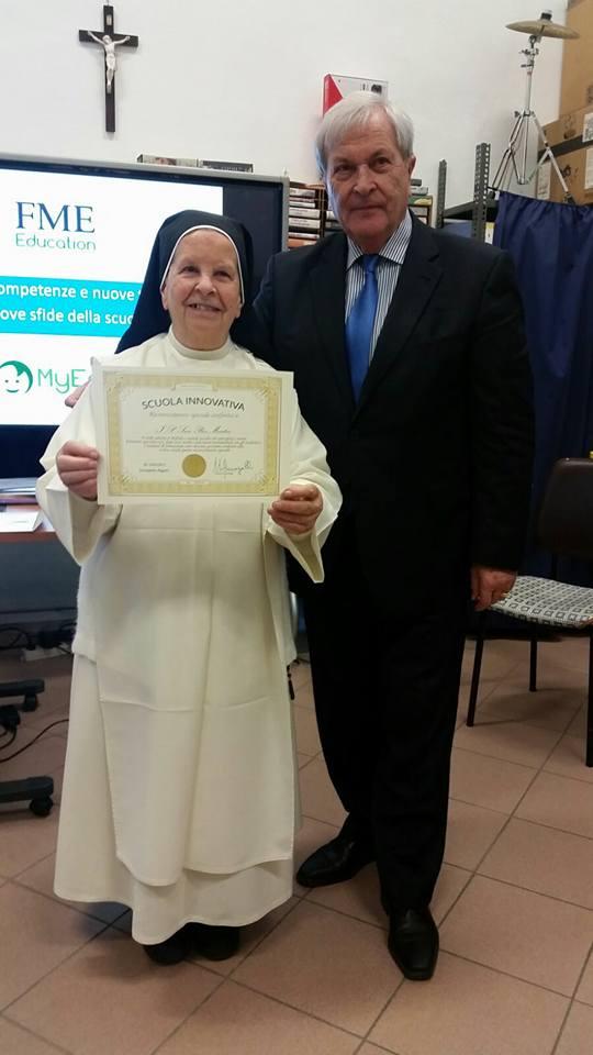 Diploma di Scuola innovativa per l'IP San Pier Martire Firenze consegnato alla Dirigente Suor Giuseppina