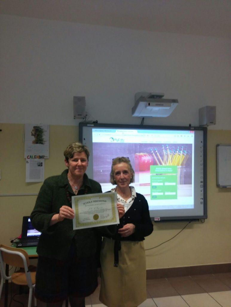 La tutor Lorella Binda consegna alla Dirigente Grazia Bergamaschi il diploma di Scuola Innovativa