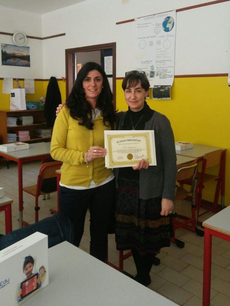 Primaria S. Pellico a Lugagnano: Federica Cavestro consegna alla dirigente il diploma di scuola innovativa