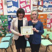 Nadia Tantardini riceve il diploma di Scuola Innovativa da Lorella Binda