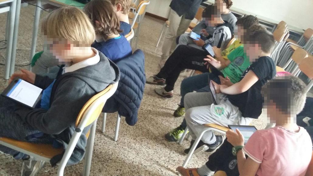 I ragazzi delle quinta in classe con il tablet MyEdu