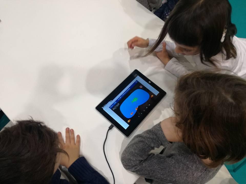 I bambini scoprono cosa è il Necton nel laboratorio dedicato al mare e creato insieme all'Acquario di Genova