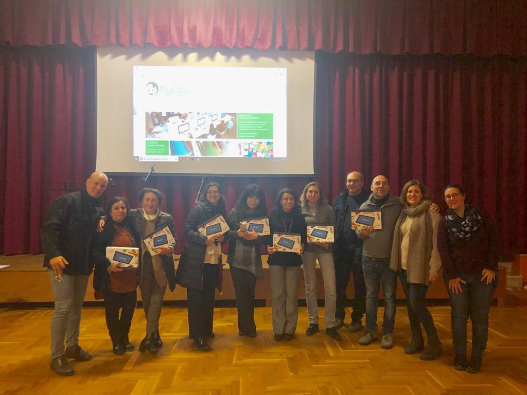 FME Education: la tutor Marianna con un gruppo di docenti che hanno partecipato al seminario di formazione